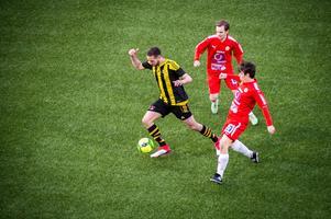 Bleart Ugzmaijli, Kubikenborgs IF, dribblar under matchen mot Sund i herrtrean. Kevin Berg och Marcus Pettersson i Sund jagar.