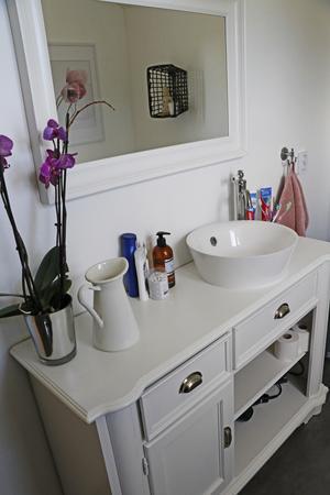 Badrummet där själva badrumskommoden är en gammal byrå som fått nytt användningsområde.