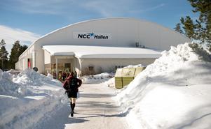 Vissa struntade i överdragsbyxor när de promenerade till hallen i det vackra vårvädret.