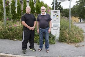 Juhani Aho (till vänster) och Lars Hofgren vill flytta på p-automaten och få bort det vildvuxna i korsningen vid Mariekällgatan.