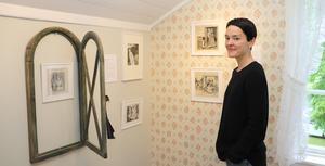 Elisa Rossholm i det kvinnliga rummet, där prostitution är ett tema i bilderna.