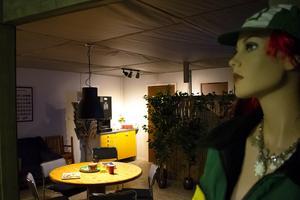 Fikarummet inne i verkstaden för väntande kunder som inte får befinna sig i verkstaden.