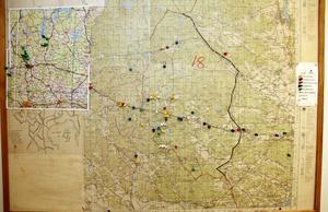"""Kartan med nålar visar alla larm under året. I år har en karta över Sala-Heby också fått sin plats. """"Vi har ett bra samarbete med det området """", säger Åke Nilsson, deltidsbrandman vid Järlåsa brandkår."""