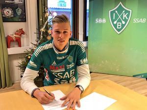 Oliver Bergman signerar sitt kontrakt med Brage. Foto: IK Brage