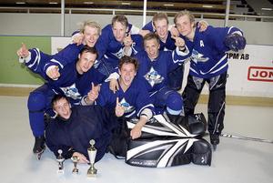 Filip Forsberg, i mitten, har år 2010 vunnit SportEwa Reebok Inlinehockey Cup.