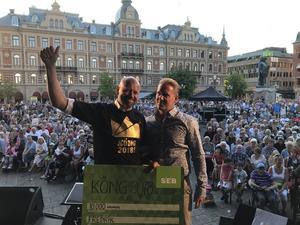 En glad Fredrik Hallstensson med Mittmedias Fredric Dahlgren.