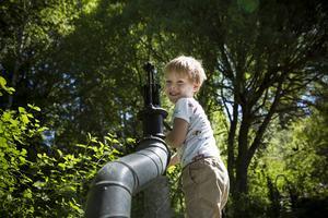 Charlie hjälper till att hämta vatten i den gemensam brunnen på koloniområdet.