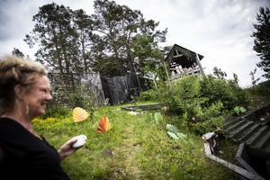 I scenslänten byggs just nu Dunderklumpens värld upp. Med gamla städmaskinsborstar, origami i metall och spillmaterial gör Helena Uggla och ett helt gäng hantverkare en fantasikuliss.