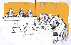 Illustration inifrån rättssalen. Daniel Kindberg och Sollefteåbon sitter längst med samma bord. Illustration: Ulla Granqvist