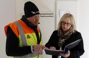 Micael Löfqvist och Anette Granzell kontrollerar listan med hyresgäster som kommer på den första visningen.