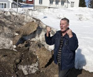 Kåge Westerlund i Lunde vill att det klargörs vems ekonomiska ansvar det är när snöröjningen orsakar fastighetsägare skador på tomten.