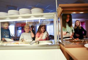 På Kvarnbackskolan i Krokom går eleverna tillsammans klassvis till och från matsalen och någon rast har man inte i anslutning till lunchen. Resultatet har blivit en lugnare miljö och eleverna äter ordentligt utan att slänga en massa mat.