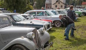 Bilar lockar. Som vanligt får gamla och nyare bilar en hel del intresserade blickar av besökarna. Här är det en Dodge Dart som synas där den står bredvid en