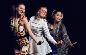 En mix av Abbalåtar tolkades av tjejerna i No Name – som också sjöng med från scenen och bjöd på komplett show.