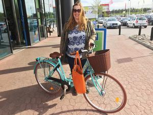 Ingrid Reberg med cykeln som hon fick tillbaka efter en efterlysning på Facebook – den ovanliga färgen gjorde den lätt att känna igen.