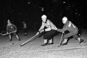 Kurre Sedvall i närkamp under en elljusmatch från tidigt 60-tal.