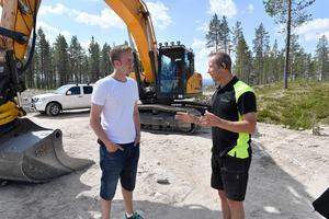 John Persson i samspråk med Peter Emretsson. Peter som behöver fler grävmaskinsiter för att hinna med alla uppdragen i det snabbt växande området.