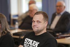 Henrik Samdahl (S) ledde majoritetens attacker mot SD och menade att kommunen skulle ha tvingats göra sig av med 400 anställda om SD fått styra Sverige.