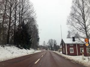 Planerna på att inleda arbetet med att bygga bort den trafikfarliga genomfarten genom Yttermalung har lagts på is .