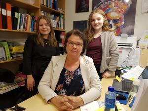 Eleverna Lovisa Andersson till vänster och Linnea Johansson till höger med läraren Eva Lindkvist i mitten.