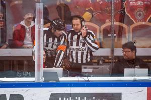 Domare Linus Öhlund och Patrik Sjöberg ringer på Luleås 2-1 mål – som sedan dömdes bort. Foto: Simon Eliasson/BILDBYRÅN