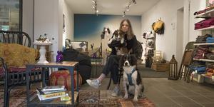 Lina Lundin har hjälp i butiken av sina hundar Loui och Bruce.