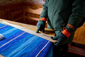 Caspian visar sin träbössa som han har skrivit sitt namn på.