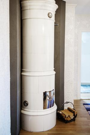 Kakelugnen i det nyrenoverade vardagsrummet på övervåningen ger rummet en ombonad känsla.