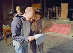 Regissör Martin Ahlvin ger instruktioner till Adriana Savin.