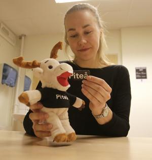"""""""Hej, jag heter Rejne och jag är en stolt och glad Piteåbo som älskar att vara med på allt kul som händer i Piteå"""", läser Frida Abrahamsson på lappen som sitter fäst runt souvenirdjurets vänstra öra."""