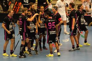 Adam Fernqvist (tvåa från vänster) firar sitt enda mål för den här säsongen. Målet kom i boxplay hemma mot Höllviken.