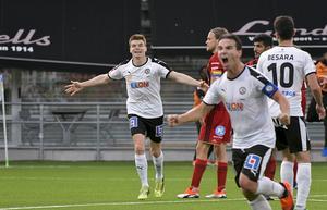 Matchens lirare har just avgjort matchen. Nordin Gerzic har skjutit in 2–1 och jublar med Albin Granlund. Tom Pettersson och Rewan Amin har lättare att hålla sig för skratt.Foto: TT