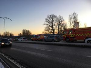 En lastbil och en personbil ska ha varit inblandade i olyckan.