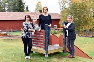 Stina Dahlfors Wallner, Maria Beus, Carina Aspblom och Karin Nordkvist utanför Klockarvägens förskola. De berättar att de omöjligt kan ta över ansvaret för köket utan förstärkning.