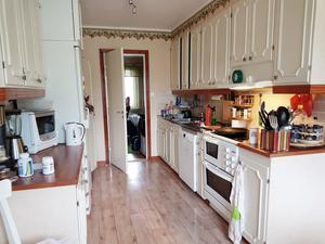 Före: Köket innan renoveringen. Det nya köket är betydligt luftigare.