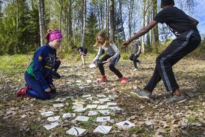 Innan eleverna gav sig ut på en orienteringsrunda i skogen värmde de upp med en slags stafett som Alfta-Ösa OK anordnat.