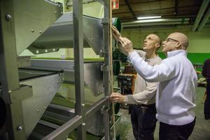 Markus Seppelä (till vänster) och Leif Melin jobbar med den patenterade monteringsvagnen för produktionslinan.