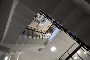 TRAPPOR. Kommunerna kan främja användandet av trappor i stället för hiss genom att utforma attraktiva trapphus.  I Sandvikens stadshus finns det här trapphuset.