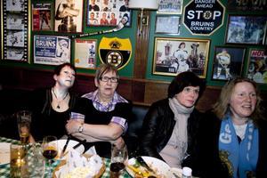 GIF:s egen kaffekokerska Gun-Britt Sjödin (andra från vänster) följde spänt utvecklingen i premiärmatchen med ett stort gäng vänner på O'Learys.