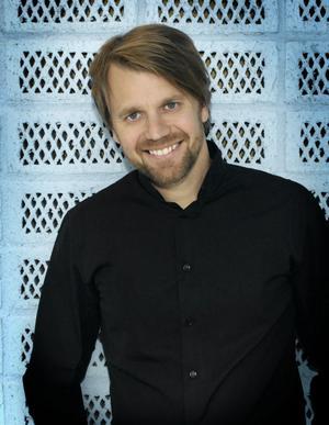 SVT:s nöjeschef Mathias Engstrand. Han tycker att det är ett naturligt steg att göra Christer Björkman till producent för hela Melodifesten.