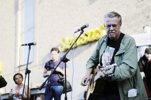 Mikael Wiehe turnerar solo, här vid en spelning i höstas under Obamas svenska besök.