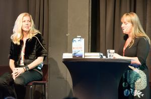 Anna Karolina (här med Kerstin Bergman) är själv polis och i boksamarbetet med Mons Kallentoft står hon bland annat för fakta från polisvärlden.