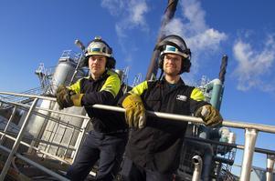 Tobias Sköld och Daniel Lindgren hoppade på utbildningen till processeoperatör. Sedan december jobbar de på Vallviks bruk.