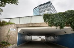 Tunneln vid stadshuset upplever många som otrygg. Därför tittar kommunen nu på om man kan göra om den så att det blir en gångpassage i marknivå i stället.