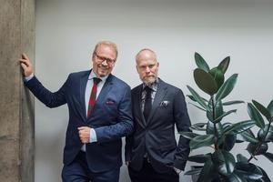 Programledarna Fredrik Lindström och Kristian Luuk på pressträffen inför årets säsong av SVT:s