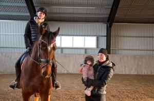 Evelina Johannisson har anställt hästskötaren Anna Wenner, som för tillfället är föräldraledig på halvtid med dottern Isolde, 8 månader.