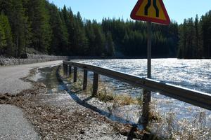 Storån stiger och nu börjar Foskrosvägen att hamna under vatten.