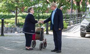 """Peter Hultqvist gled in med bil på Stora gatan, klev ur och hälsade på de Köpingsbor som kom gående. """"Det är viktigt att berätta för alla att använda sin rösträtt"""", säger Hultqvist."""