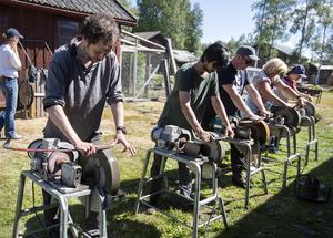 Alla deltagare får lära sig att slipa sin blad på motordrivna slipstenar.