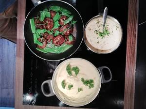 Biffar med potatispuré på mandelpotatis och kantarellsås. Blir det höstigare än så? Foto: Kalle Nebes